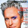Michael Douglas posou para a capa da revista 'New York' usando sombra roxa e rímel nos olhos, e falou na entrevista sobre o beijo gay que dá no ator Matt Damon, que interpreta o homem com quem Liberace se relaciona
