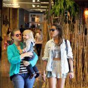 Grávida, Carolinie Figueiredo passeia com a família em shopping no RJ