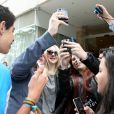 Dakota Fanning atende aos seus fãs na porta do hotel, minutos antes de deixar o Rio de Janeiro, neste domingo (29)