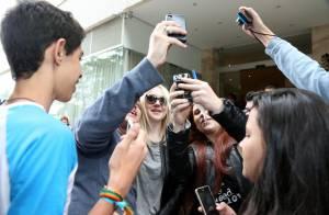 Dakota Fanning atende fãs na porta de hotel e segue para Paris neste domingo