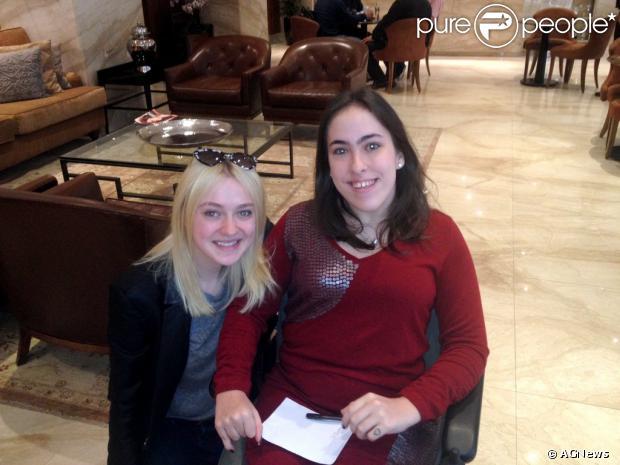 Dakota Fanning posa com fã cadeirante no saguão de seu hotel, minutos antes de deixar o Rio de Janeiro, neste domingo (29)