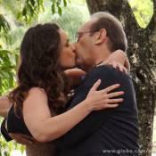'Amor à Vida': Gina (Carolina Kasting) e Herbert (José Wilker) se beijam