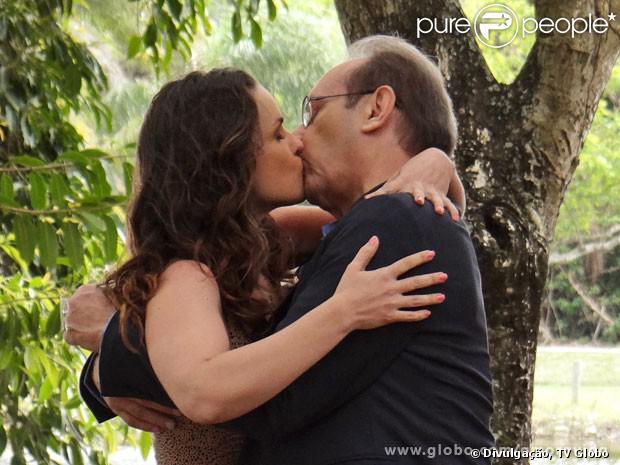Sem desconfiar que podem ser pai e filha, Gina (Carlina Kasting) e Herbert (José Wilker) se beijam, em 'Amor à Vida', em 7 de outubro de 2013