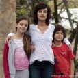 Simone (Andreia Horta) não consegue um doador de medula compatível e morre de leucemia; Amora (Sophie Charlotte) fica responsável pelos sobrinhos, em 'Sangue Bom'