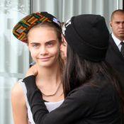 Cara Delevingne deixa hotel e segue para morro Dona Marta para ensaio de fotos