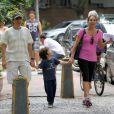 Totia é vista em passeio com Jaime Rabacov, seu marido, e o neto, Santiago