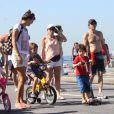 Totia Meirelles curte passeio em família na praia do Leblon