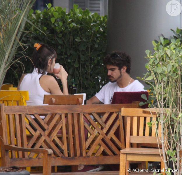 Caio Castro e Maria Casadevall curtiram o dia de folga das gravações de 'Amor à Vida' almoçando juntos no Rio de Janeiro nesta sexta-feira, 11 de outubro de 2013