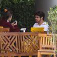 Maria Casadevall colocou uma blusa de frio durante o almoço com Caio Castro nesta sexta-feira. O clima no Rio de Janeiro amanheceu ensolarado, mas fechou no deccorer do dia