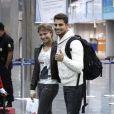 O casal posa junto em aeroporto