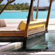 Um dos lugares para descanso do Hotel de luxo nas Ilhas Maldivas, de frente para a praia paradisíaca