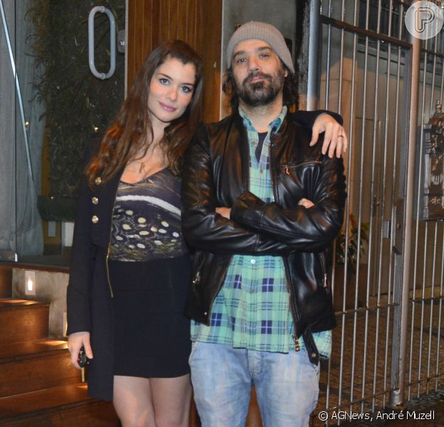 Alinne Moraes janta com o namorado, o cineasta Mauro Lima, no restaurante 00, em Ipanema, na Zona Sul do Rio de Janeiro, em 18 de outubro de 2013