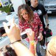 Steven Tyler passou alguns minutos conversando com os fãs na porta do hotel