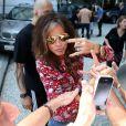 Steven Tyler posou para fotos dos fãs ao deixar o Rio de Janeiro