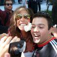 Steven Tyler se divertiu com os fãs ao deixar o Rio de Janeiro. O cantor posou para fotos e distribuiu autógrafos na porta do hotel que estava hospedado
