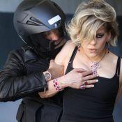 Bárbara Paz é flagrada sendo dominada durante ensaio de joalheria