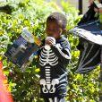 Louis, de 3 anos, usa macacão de esqueleto em festa da escola