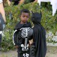 Louis, de 3 anos, conversa com outro menino, vestido de Batman