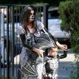 Sandra Bullock e o filho, Louis, vão fantasiados à festa de Halloween do colégio dele, em Los Angelas, em 19 de outubro de 2013