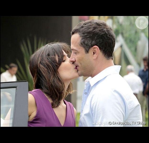 Aline (Vanessa Giácomo) dá um selinho em Bruno (Malvino Salvador), em 'Amor à Vida', em 22 de outubro de 2013