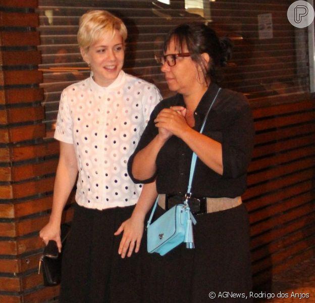 Leandra Leal deixa restaurante na companhia de uma amiga, em 24 de outubro de 2013