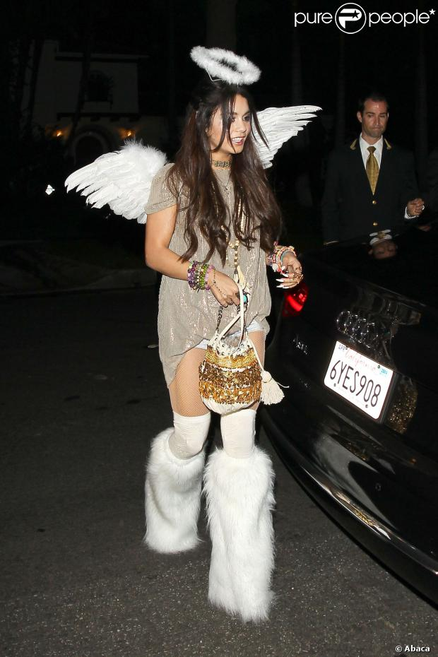 A fantasia de Miley Cyrus para o Halloween deste ano foi inspirada no look da rapper Lil'Kim no VMA 2013. Para compor o look, a cantora apostou em uma peruca roxa para a festa, em 30 de outubro de 2013