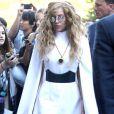 Até numa simples caminhada de seu apartamento em Nova York para um estúdio Lady Gaga se mostra estilosa. Ela usou um vestido branco com mangas longas por cima dos braços, salto gigante e cabelos frisados no dia 24 de agosto de 2013