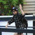 Lady Gaga foi ao estúdio ITV em Londres com uma camisa quadriculada masculinha e um boné, contrastando a meia pata gigante em seu salto, no dia 29 de outubro de 2013