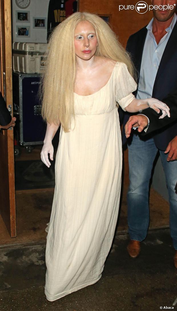 Quando o assunto é looks excentricos Lady Gaga é referência. Ela saiu do Studio 68, após ensaio, com um look que parece já homenagear o halloween! A cantora usou um vestido largo branco e seus braços estavam pintados de branco, além de um cabelo armado, para finalizar o ar de fantasminha, no dia 26 de outubro de 2013