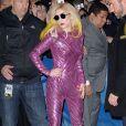 Lady Gaga foi à casa de espetáculos 'The Radio City Music Hall', em Nova York, com macacão rosa e prateado, e usou botas pretas, combinando com os óculos escuros, no dia 23 de janeiro de 2010
