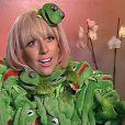 Lady Gaga se vestiu com pelúcias do sapinho Caco, do Muppet Show, para dar uma entrevista à TV alemã