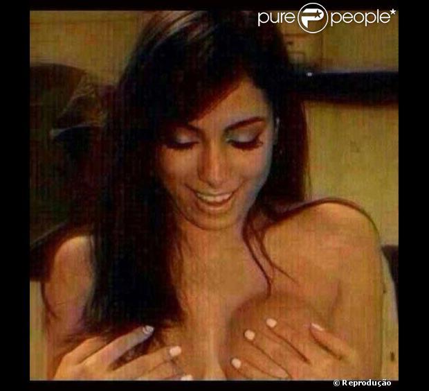 Algumas supostas fotos de Anitta nua vazaram na internet na última quinta-feira (31). No entanto, nesta sexta-feira, 1º de novembro de 2013, a assessoria de imprensa da cantora garantiu que a única imagem verdadeira é a que Anitta aparece com as mãos nos seios: 'As outras são montagens'