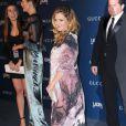 A atriz escolheu um vestido larguinho para esconder a gravidez
