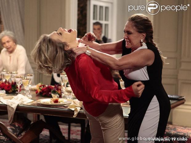Pilar (Susana Vieira) dá uma surra em Edith (Bárbara Paz), em cena de 'Amor à Vida'; veja as principais brigas da trama, em 5 de novembro de 2013