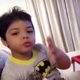 Yhudy Lima, de 5 anos, filho de Wesley Safadão, é fã de Batman, faz bolo de chocolate, joga bola na praia, monta quebra-cabeça com os amigos e mostra tudo isso no seu canal no Youtube