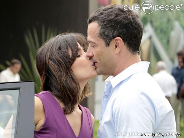 Aline (Vanessa Giácomo) forja uma cena para ser pega com Bruno (Malvino Salvador) em um falso flagrante, fazendo Paloma (Paolla Pensar) que os dois têm um caso, em 'Amor à Vida', em novembro de 2013