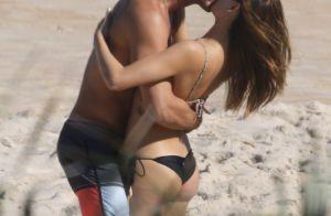 Isis Valverde curte praia aos beijos com o namorado, André Resende. Fotos!