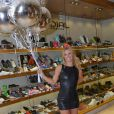 Carolina Dieckmann aposta em look de couro e botas over the knee em inauguração de loja em São Paulo, nesta quarta-feira, 6 de julho de 2016