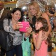 Carolina Dieckmann posa com fãs em inauguração de loja em São Paulo, nesta quarta-feira, 6 de julho de 2016