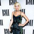 Taylor Swift, com seios maiores, passou a usar mais decotes