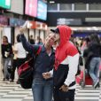 Caio Castro é reconhecido por fã em aeroporto