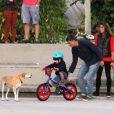 Eduardo Moscovis e Cynthia Howlett foram fotografados com os filhos,  Manuela e Rodrigo, em 1º de junho de 2016, na pista de skate da Lagoa Rodrigo de Freitas, no Rio de Janeiro