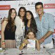 Eduardo Moscovis posa ao lado de Cynthia Howlett e das filhas de seu primeiro casamento, Gabriela e Sophia, e de Manuela, fruto de seu relacionamento com a escritora, no lançamento do livro dela, em fevereiro de 2014