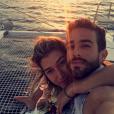 O namorado de Gabriela Pugliesi, Erasmo Vianna, fez um pedido de casamento bem romântico: durante passeio de barco ao pôr-do-sol em Santorini, na Grécia