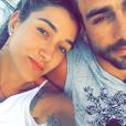 Gabriela Pugliesi posa com o namorado, Erasmo Vianna, durante passeio de barco