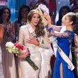 A venezuelana Gabriela Isler recebeu a coroa das mãos da Miss Universo 2012, a norte-americana Olivia Culpo