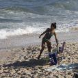 Cynthia Senek e mais atores do elenco de 'Malhação' gravam na praia da Barra nesta terça-feira, dia 12 de julho de 2016