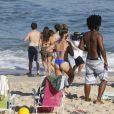 Giulia Costa e Marina Moschen e mais atores do elenco de 'Malhação' gravam na praia da Barra nesta terça-feira, dia 12 de julho de 2016