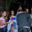 Nego do Borel posa com fãs na porta de sua festa de aniversário no Rio, nesta terça-feira, 12 de julho de 2016