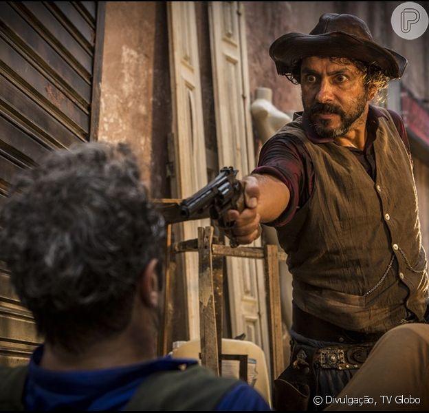 Cícero (Marcos Palmeira) aponta a arma e se prepara para matar Santo (Domingos Montagner), sob influência do espírito d Clemente (Julio Machado), seu pai, a partir de 30 de julho de 2016, na novela 'Velho Chico'